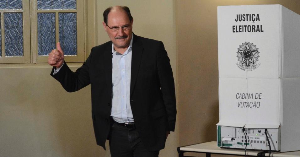 Candidato ao governo do Rio Grande do Sul pelo MDB, José Ivo Sartori vota na Sociedade Porvir Cientifico La Salle Carmo, no Centro de Caxias do Sul (RS)