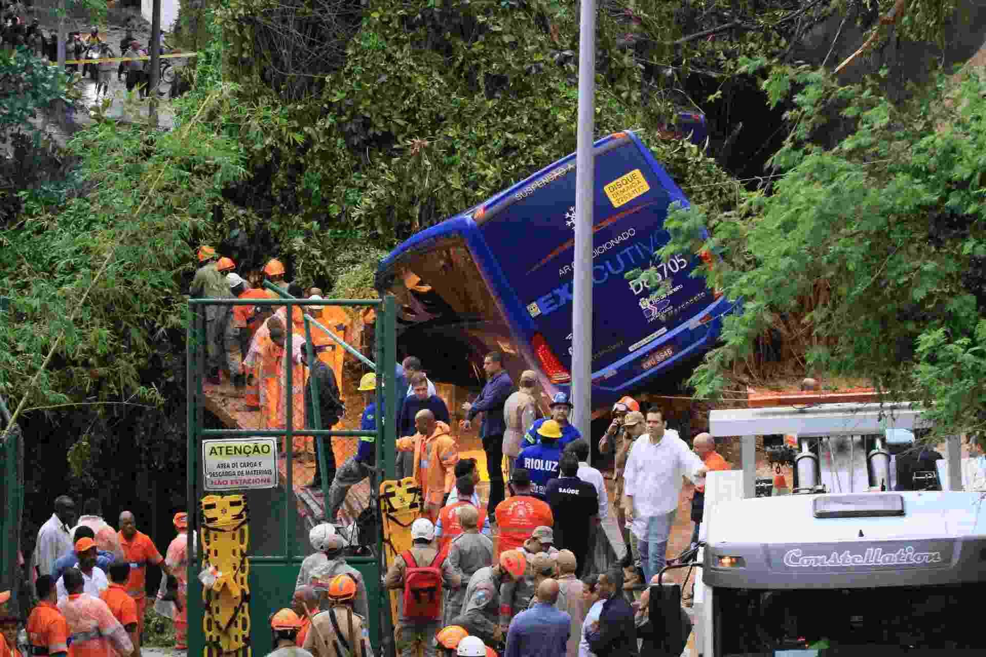 7.fev.2019 - O deslizamento de pedras, lama e árvores atingiu um ônibus que trafegava na avenida Niemeyer, que liga o Leblon a São Conrado e é uma das principais vias de acesso entre as zonas sul e oeste. O motorista do veículo ficou ferido, mas foi retirado com vida - Jose Lucena/Futura Press/Estadão Conteúdo