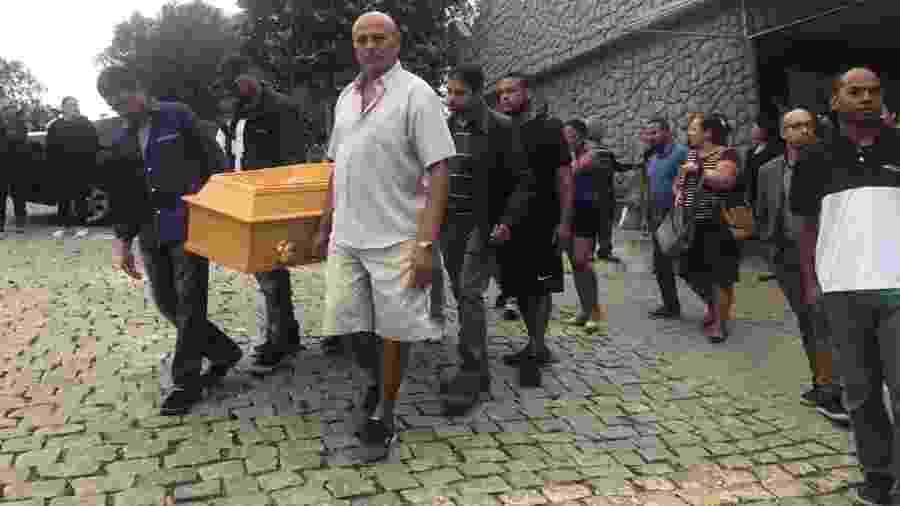 Sequestrador de ônibus, Willian Augusto da Silva, é sepultado sob forte comoção da família - Marina Lang/UOL