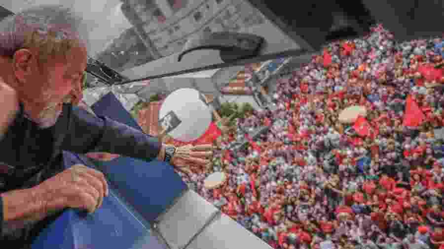 Lula acena para militantes no Sindicato dos Metalúrgicos do ABC, antes de se entregar à PF, em 7 de abril de 2018 - Ricardo Stuckert - 7.abr.2018/Instituto Lula