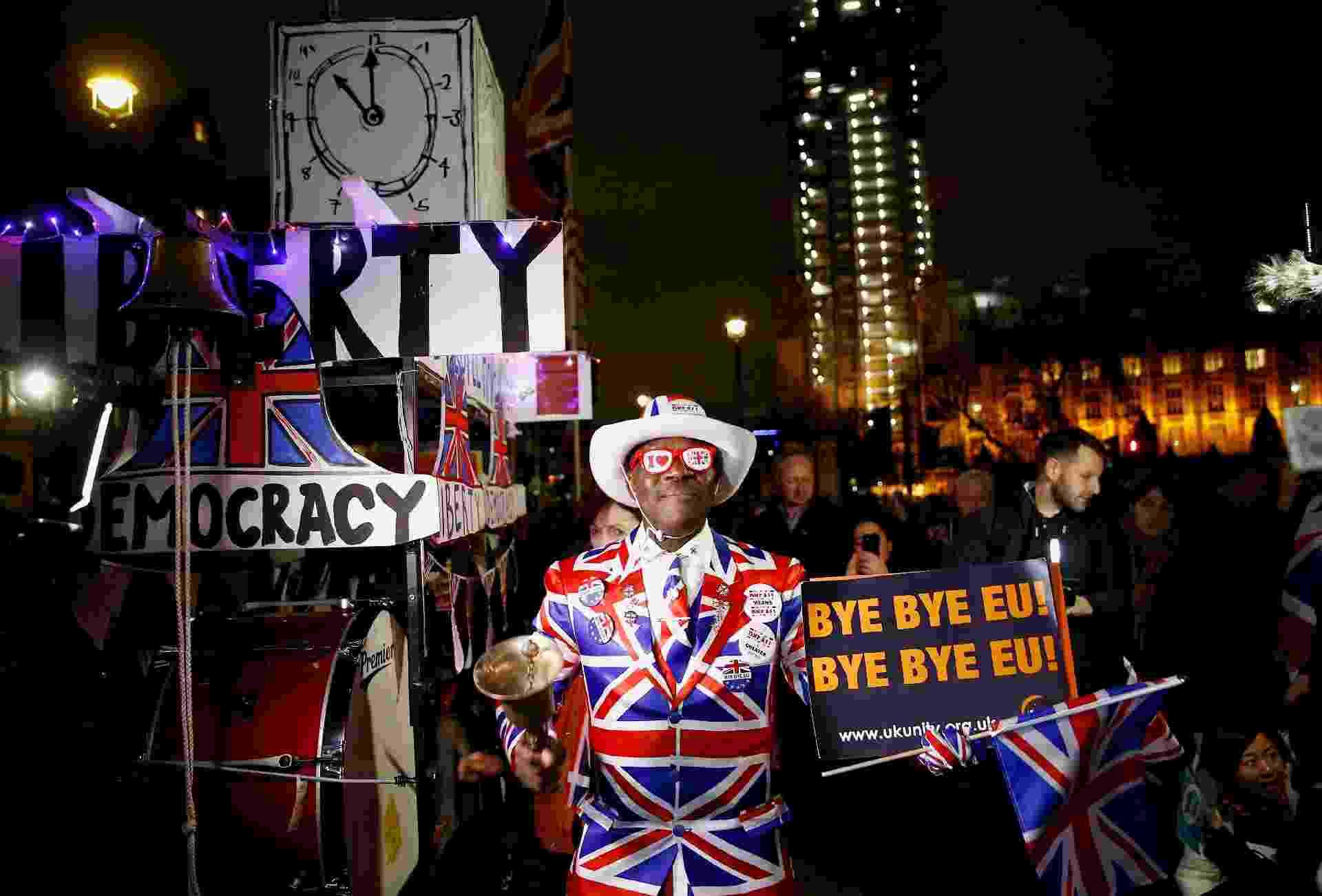Manifestante fantasiado comemora Brexit nas ruas de Londres - Henry Nicholls/Reuters