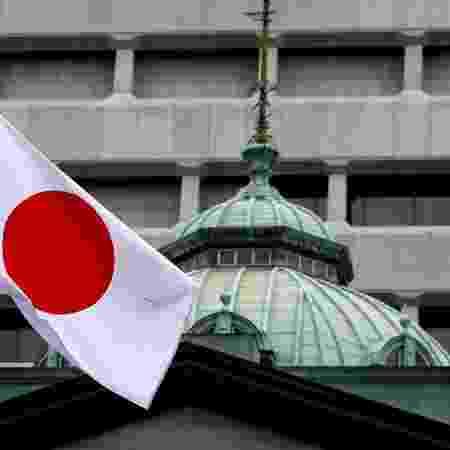 Bandeira do Japão no topo do prédio do banco central em Tóquio - Toru Hanai