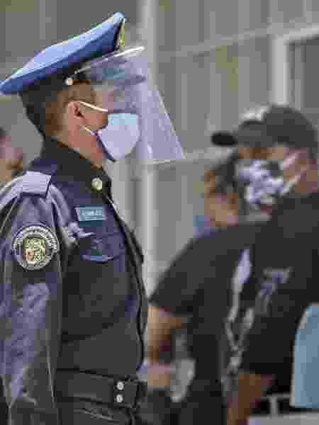 28.04.2020 - Policial vistoria fila em frente a hospital na Cidade do México - Pedro Pardo/AFP