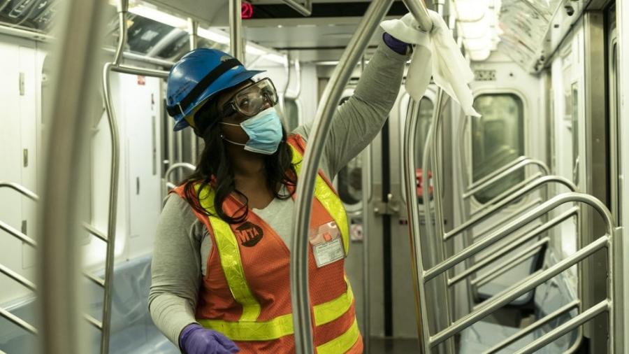 6.mai.2020 - Contra a disseminação do novo coronavírus, funcionária limpa vagão do metrô em Nova York, nos Estados Unidos - Lev Radin/Anadolu Agency via Getty Images