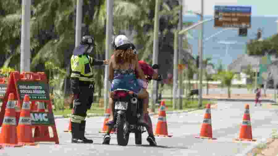 24.mai.2020 - Agentes de trânsito montam bloqueio na Av. Santos Dumont, no acesso à Praia do Futuro, em Fortaleza (CE) - João Dijorge/Photopress/Estadão Conteúdo