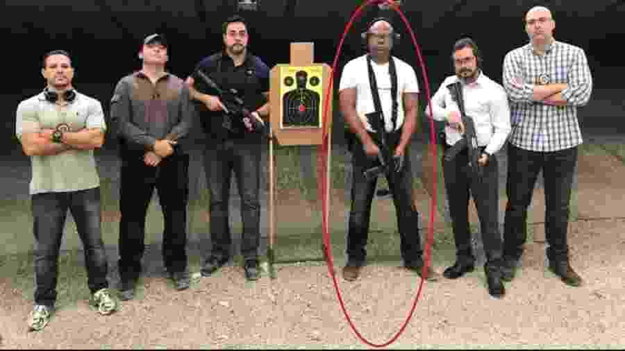 Paulo Rangel (marcado na foto) em treino de tiro com fuzil, tendo o juiz bombadão Marcelo Bretas à sua direita. O desembargador andou fazendo embaixadinha para a torcida bolsonarista nas redes e tomou uma decisão contrária à tese que defendeu em livro. Coisa feia! - Reprodução