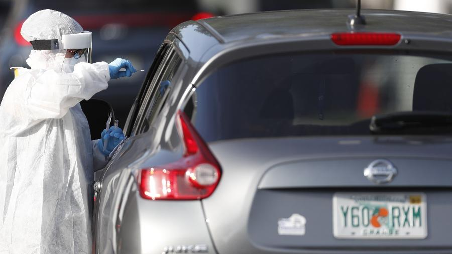 Profissional da saúde realiza teste do novo coronavírus em Tampa, na Flórida - Octavio Jones/Getty Images/AFP
