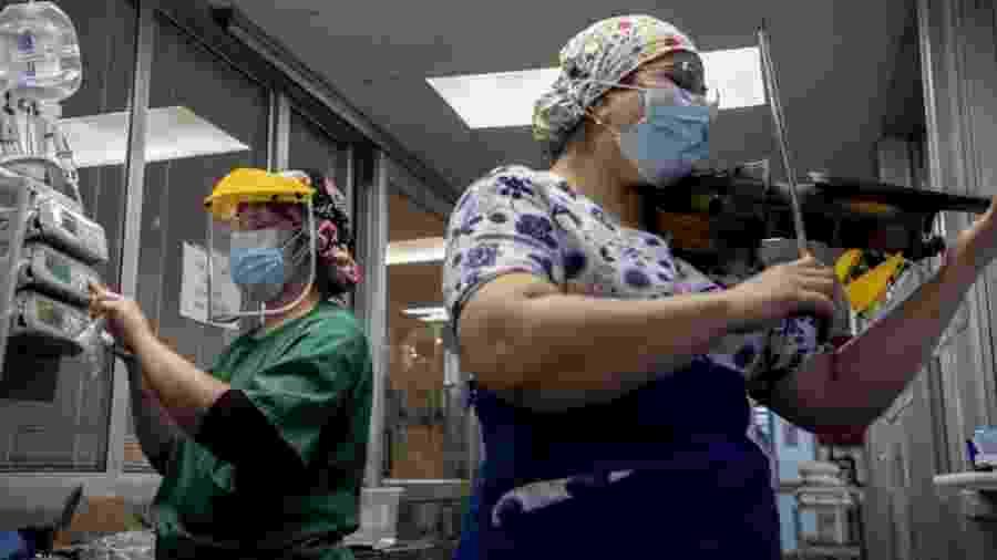 9.jul.2020 - Enfermeira chilena toca violino para pacientes infectados com o novo coronavírus no hospital El Pino, em Santiago - Martin Bernetti/AFP