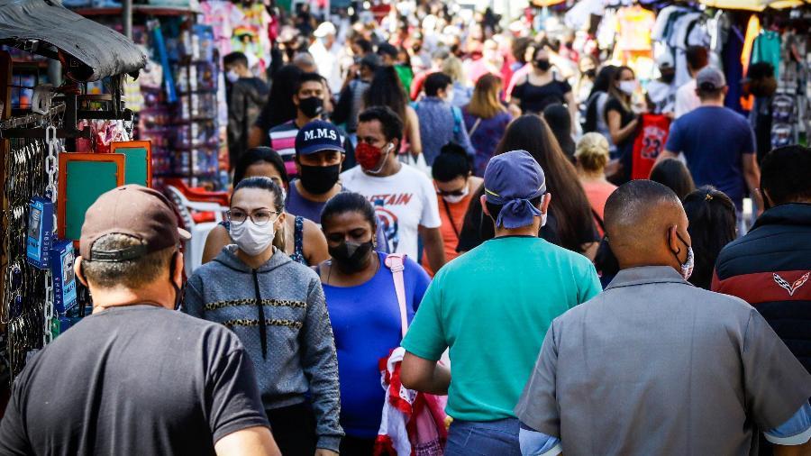 Circulação de pessoas em uma via de comércio popular em Osasco, na Grande São Paulo, durante a pandemia do coronavirus - ALOISIO MAURICIO/FOTOARENA/FOTOARENA/ESTADÃO CONTEÚDO