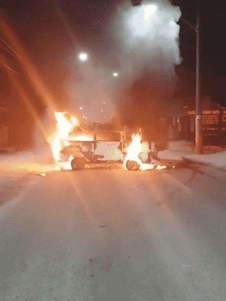 4.dez.2020 - Veículo é incendiado para servir de barricada na fuga de bandidos em Belford Roxo (RJ) - Reprodução - Reprodução