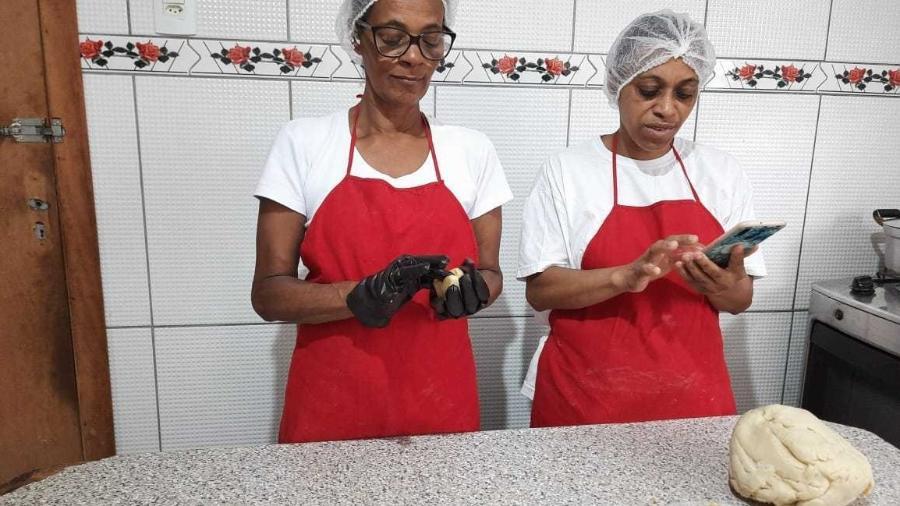 Renata Alves e sua irmã Aparecida preparam doces e salgados na cozinha de casa - Giovana Alves