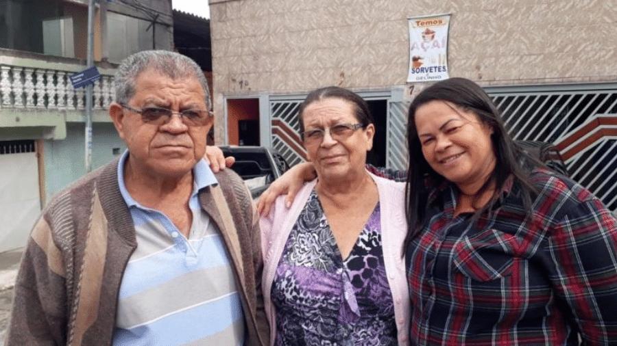 """Junto ao marido e à filha, Maria José de Araújo (centro) diz que hoje """"bife é para rico"""" - HENRIQUE DELOSTE"""
