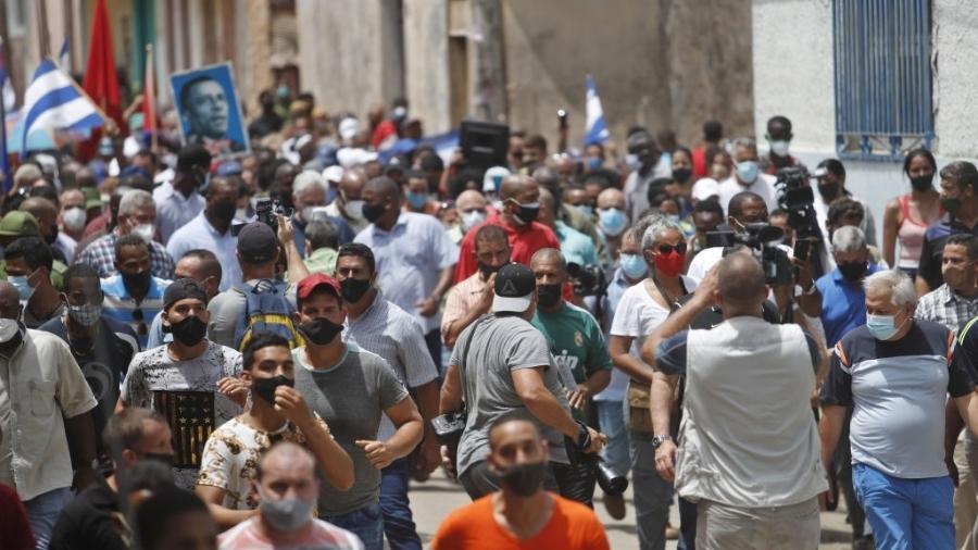 """Governo de Cuba convoca apoiadores às ruas em San Antonio de los Banos após protestos que pediam """"liberdade"""" e """"abaixo a ditadura"""" - Anadolu Agency/Anadolu Agency via Getty Images"""