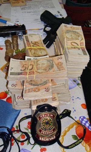 Notas e armas apreendidas pela Polícia Federal na casa de Antonio Jussivan Alves dos Santos, o Alemão, em Brasília. Ele é o principal suspeito de ter articulado o furto de R$ 164 milhões do Banco Central em Fortaleza em 2005