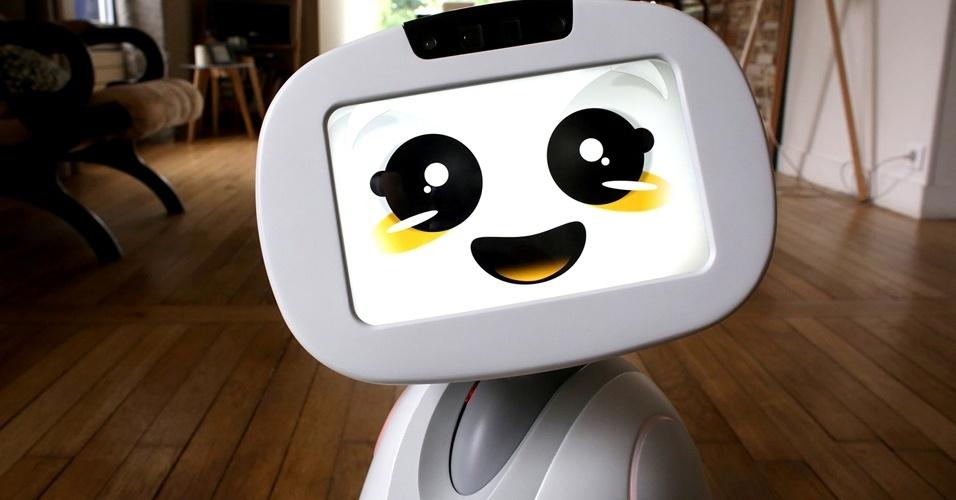 Buddy: O pequeno robô Buddy, com 56 centímetros de altura e cinco quilos, funciona como uma espécie de assistente doméstico, brinquedo e segurança. Ele é capaz de reconhecer e interagir com todos os membros da família, inclusive brincar de esconde-esconde com as crianças, ler histórias para dormir e ajudar nas tarefas da escola. No lugar do rosto, está uma tela touchscreen que mostra expressões de alegria ou tristeza do robozinho