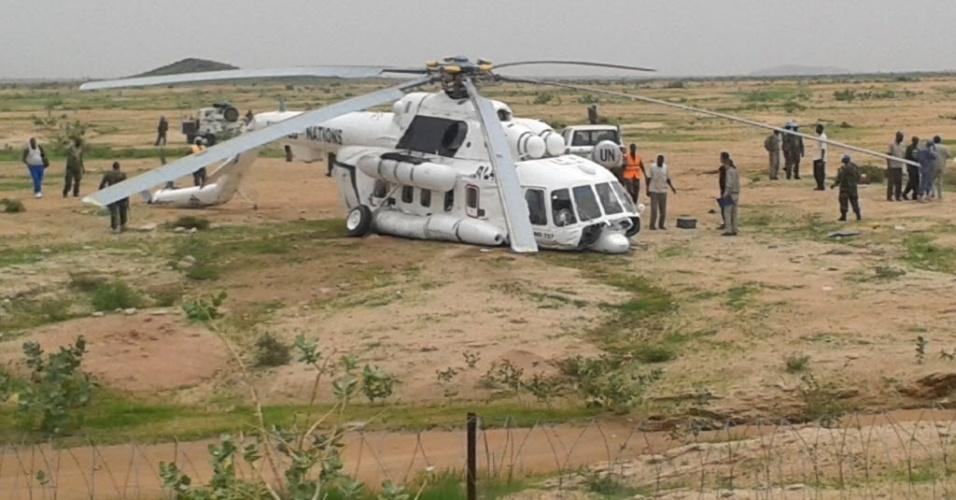 16.ago.2015 - Missão das Nações Unidas e da União Africana em Darfur (Unamid) divulgou uma imagem doe um helicóptero danificado depois de fazer um pouso de emergência em uma base de Saraf Omra, no Sudão. Pelo menos oito pessoas ficaram gravemente feridas. A causa do acidente está sendo investigada