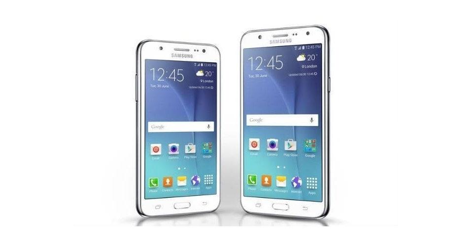 19.ago.2015 - A Samsung lança uma nova linha de smartphones intermediários no mercado brasileiro chamada de Galaxy J com dois aparelhos. A principal diferença entre os modelos é o tamanho da tela, bem como a potência.  Enquanto o J5 (esq.) conta com um display de 5 polegadas e processador Snapdragon 410 quad-core de 1,4 GHz, o J7 (dir.) apresenta uma tela de 5,5 polegadas comandada por um Exynos octa-core de 1,5GHz. Os dois saem de fábrica com o Android 5.1, 1,5 GB de memória RAM, 16 GB de armazenamento interno (expansivo por até 128 GB), câmera frontal de 5 megapixels com flash e câmera principal de 13 MP, além de suporte a duas contas de WhatsApp.  Os novos modelos serão vendidos nas cores preto, branco e dourado-champanhe por R$ 950 (J5) e R$ 1,3 mil (J7)