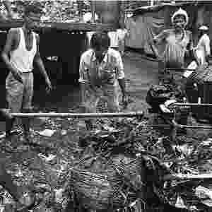 O material que esses trabalhadores removem inclui carcaças de animais, restos de comida, fios de aço, lixo hospitalar, pedaços pontiagudos de vigas de madeira, pedras, vidro quebrado e até lâminas - Sudharak Olwe/BBC