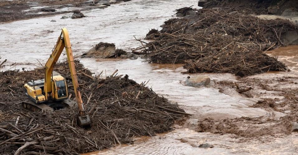 17.nov.2015 - Operários trabalham em máquinas no Rio Doce, afetado pela lama originada do rompimento de barragens em Minas Gerais.
