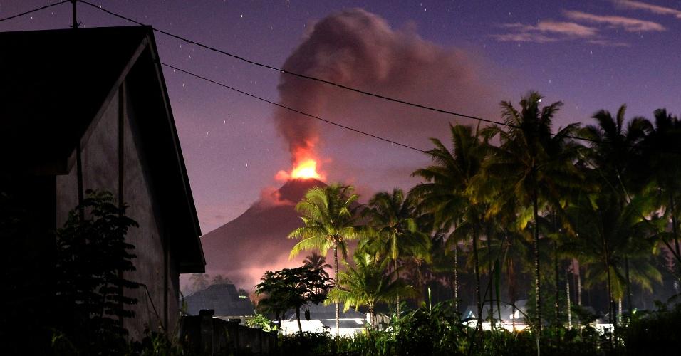 5.jan.2016 - O vulcão Soputan expele lava e cinzas durante erupção, fotografada do vilarejo de Silian, em Minahasa Tenggara, na Indonésia. O vulcão é um dos mais ativos do país e sua erupção anterior foi em março de 2015