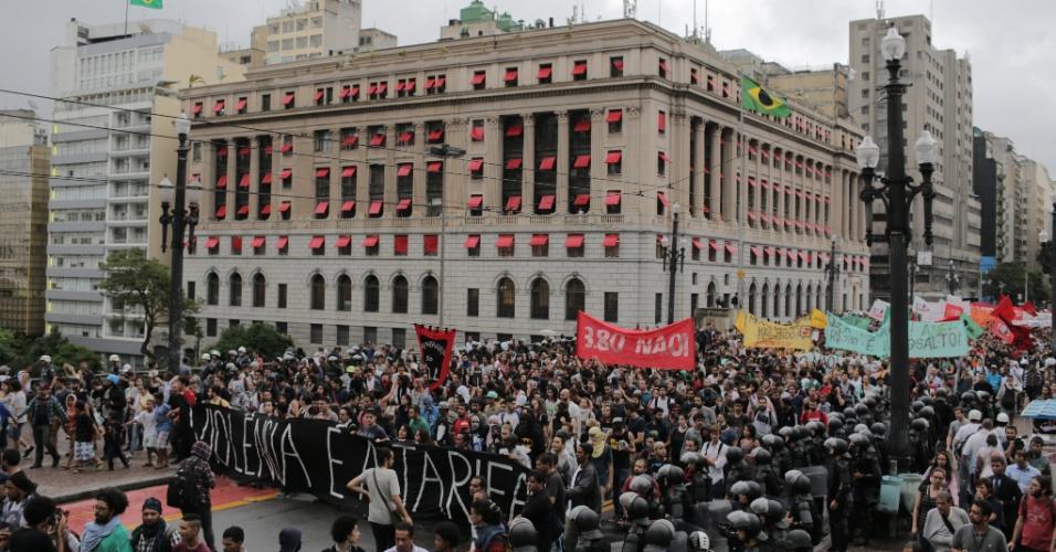 14.jan.2016 - Policiais militares foram barreira durante concentração de manifestantes em frente ao Theatro Municipal, no centro de São Paulo, antes de ato convocado pelo MPL (Movimento Passe Livre) contra o aumento da tarifa do transporte público na cidade. Dois grupos fazem protestos simultâneos, um centro da capital paulista outro na zona oeste