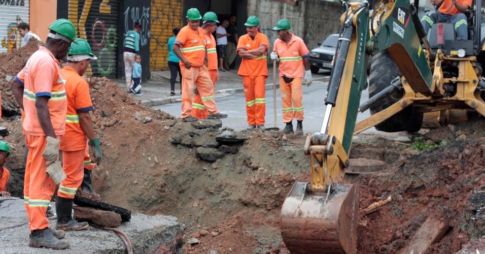 28.jan.2015 - Obras de reparo em cratera interdita a rua Dr. Oscar Andrade Lemos, nos dois sentidos, na altura da avenida Gonçalo Velho Cabral, no Grajaú, zona sul de São Paulo