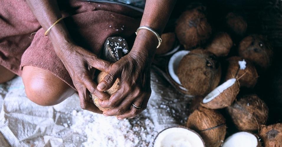 3.fev.2016 - Uma mulher rala coco na ilha Tanimbar, na Indonésia. O país é o maior produtor da fruta