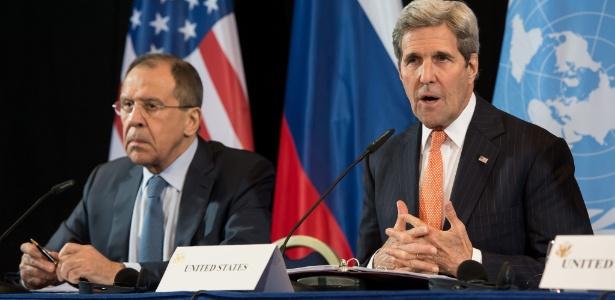 O secretário de Estado John Kerry (à dir.), dos Estados Unidos, ao lado do ministro das Relações Exteriores da Rússia, Sergei Lavrov
