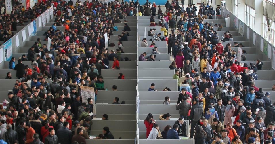 16.fev.2016 - Milhares de pessoas a procura de trabalho compareceram a uma feira de empregos organizada na cidade de Yantai, no leste da China. Vários eventos do tipo são organizados no país nesse período, após as festividades do Ano-Novo chinês