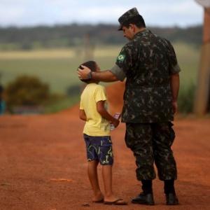 Garoto conversa com soldado durante mobilização contra o Aedes, em Brasília