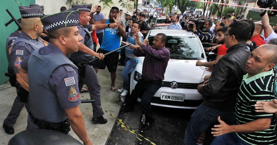 4.mar.2016 - Houve confusão entre manifestantes a favor e contra o ex-presidente Luiz Inácio Lula da Silva (PT) em São Bernardo do Campo, em frente à residência do petista. Lula é investigado na 24ª fase da Operação Lava Jato e prestou depoimento à Polícia Federal durante a manhã