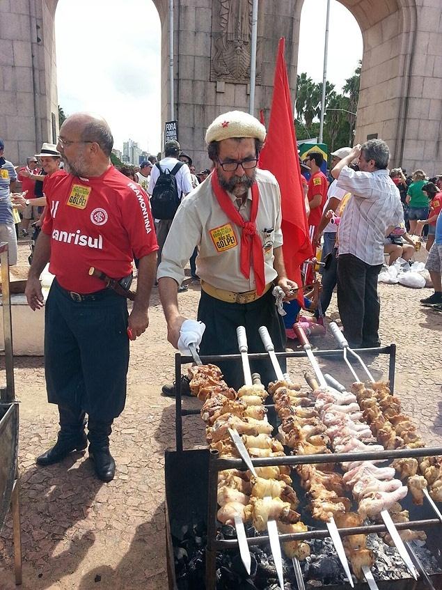 Protesto pró-Dilma tem fila para churrasco de coxinha em Porto Alegre