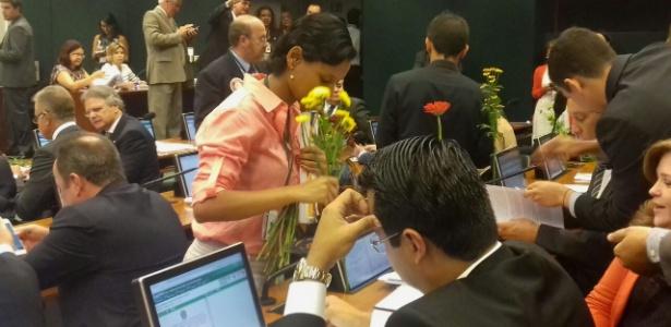 Comitê Pró-Democracia entregou dossiê e flores a deputados da comissão do impeachment