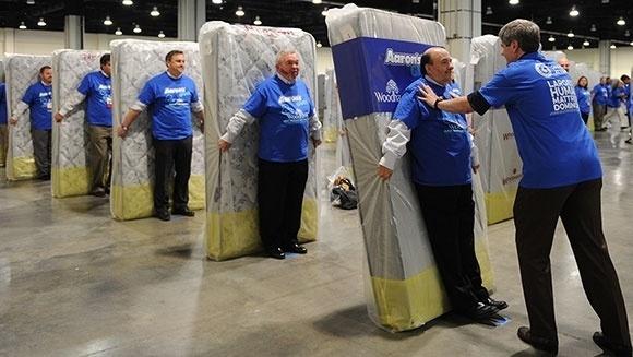 8.abr.2016 - A empresa Aaron's Inc bateu o recorde mundial de maior dominó humano com colchões, contando com 1.200 participantes em Maryland, nos Estados Unidos. O feito, que pareceu uma inusitada reunião de gestores da empresa, levou um total de 13 minutos e 38 segundos