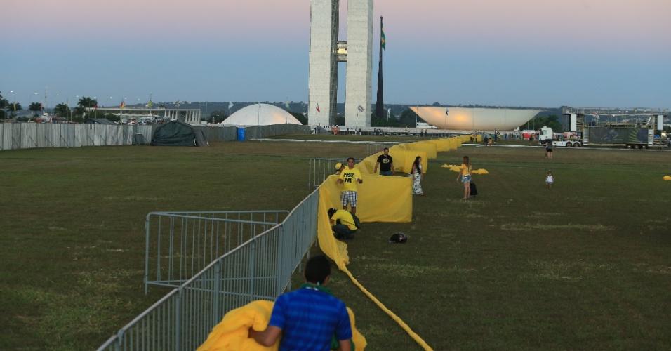 16.abr.2016 - Manifestantes favoráveis ao afastamento da presidente Dilma Rousseff organizam faixas no lado direito do ?Muro do Impeachment?, em frente ao Congresso Nacional, em Brasília