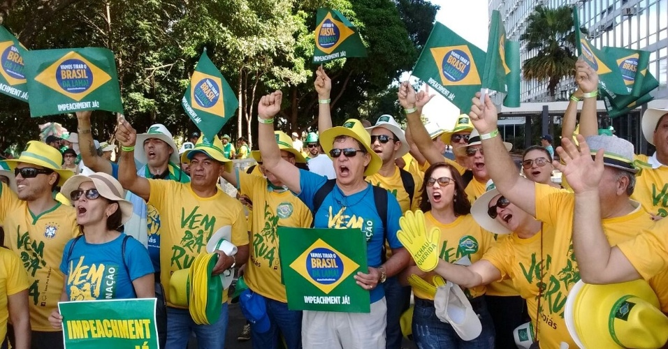 17.abr.2016 - Manifestantes pró-impeachment se concentram no lado sul do erguido na Esplanada dos Ministérios para dividir manifestantes contrário e a favor do impedimento da presidente Dilma Rousseff