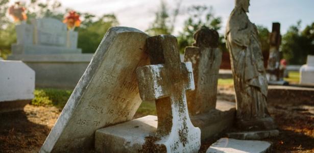 Lápide de Cornelius Hawkins, conhecido como Neely, encontrada por projeto da universidade
