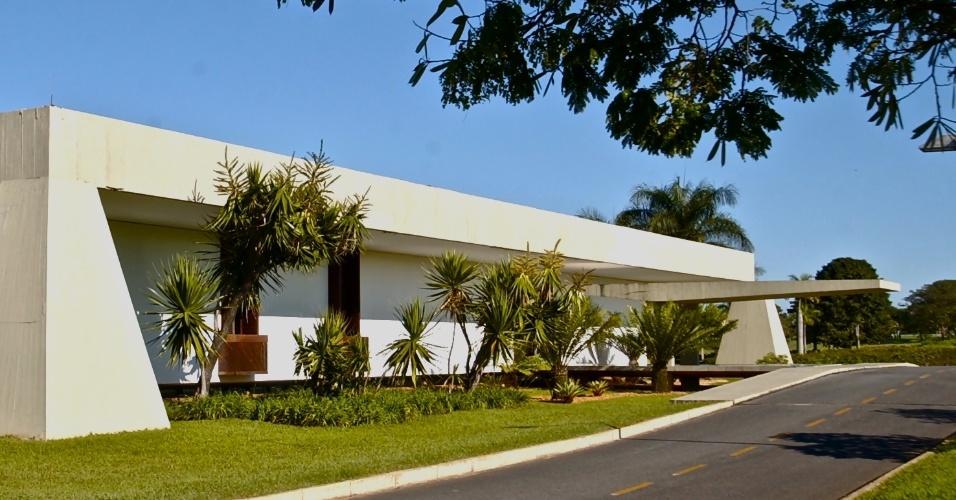 Inaugurado em 1977, o Palácio do Jaburu tornou-se residência oficial do vice-presidente da República, cargo então ocupado por Adalberto Pereira dos Santos, vice-presidente de Ernesto Geisel. O palácio localizado ao lado da lagoa que lhe deu o nome, em Brasília (DF), é ocupado desde 2011 por Michel Temer, vice da presidente Dilma Rousseff