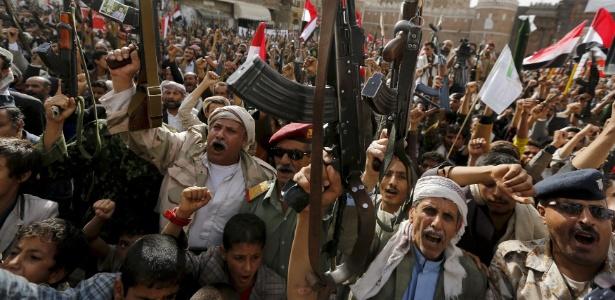 19.abr.2016 - Simpatizantes houthi protestam contra ataques liderados pela Arábia Saudita