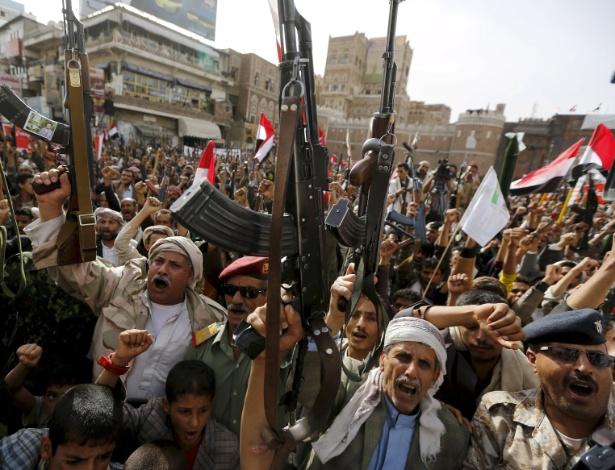 Simpatizantes houthis protestam contra ataques aéreos liderados pela Arábia Saudita, em Sanaa, no Iêmen