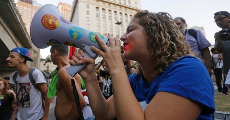 23.abr.2016 - A presidente da UNE (União Nacional dos Estudantes), Carina Vitral, participa de ato com estudantes em protesto contra o processo de impeachment da presidente Dilma Rousseff, na região central de São Paulo
