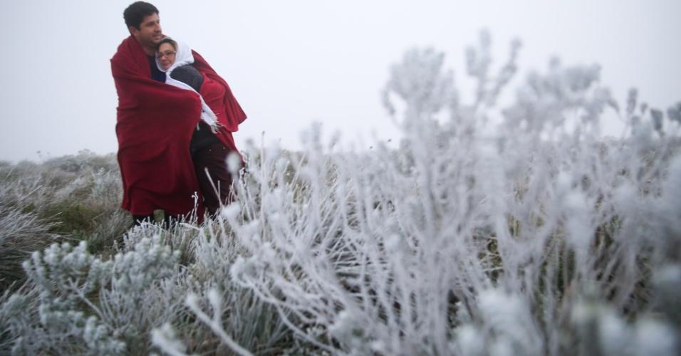 28.abr.2016 - O amanhecer foi gelado na Serra Catarinense com um novo recorde de temperaturas negativas para 2016 no Estado. Às 5h da manhã fazia -3.5°C no Morro da Igreja em Urubici (SC). A cidade de São Joaquim (SC) chegou a registrar pequenos flocos de neve