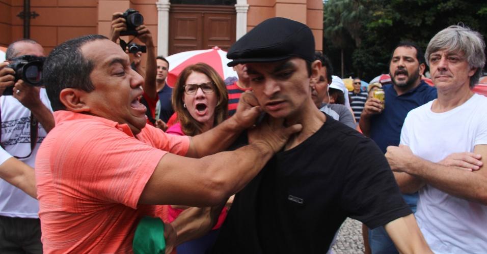 1º.mai.2016 - Manifestantes contrários à presidente Dilma e grupos ligados à CUT se enfrentaram durante eventos do 1° de Maio em Belém, Pará. Pessoas que declaram apoio a Jair Bolsonaro e ao juiz Sérgio Moro trocaram ofensas com o grupo de opositores