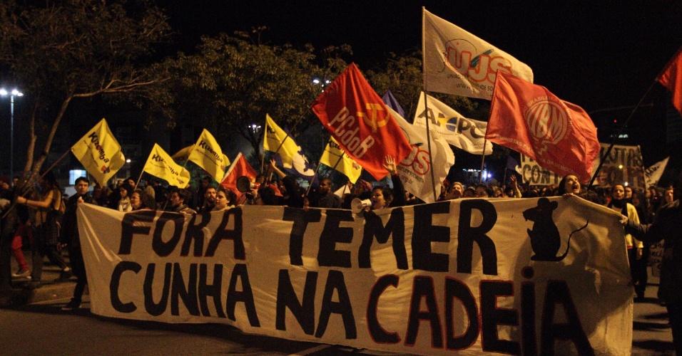 24.mai.2016 - Manifestantes protestam contra o governo interino de Michel Temer e o presidente da Câmara afastado, Eduardo Cunha (PMDB-RJ), no centro de Porto Alegre