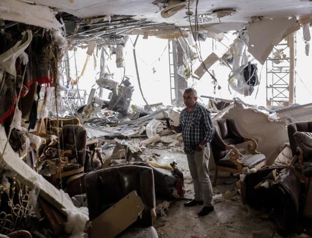 Homem observa interior de hotel destruído por atentado a bomba no distrito de Vezneciler, em Istambul, na Turquia