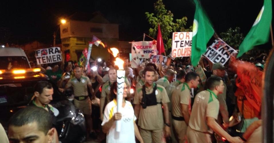 10.jun.2016 - Manifestantes fazem ato contra o governo interino de Michel Temer na Praça Pedro 2º, no centro de Teresina (PI). O local é um dos pontos de percurso da tocha dos Jogos Olímpicos Rio-2016