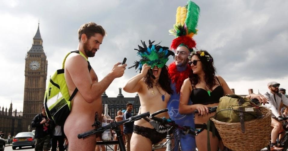 11.jun.2016 - Ciclistas participam do World Naked Bike Ride, o passeio mundial sem roupa, em protesto contra a dependência de automóveis na ponte de Westminster, em Londres, Inglaterra