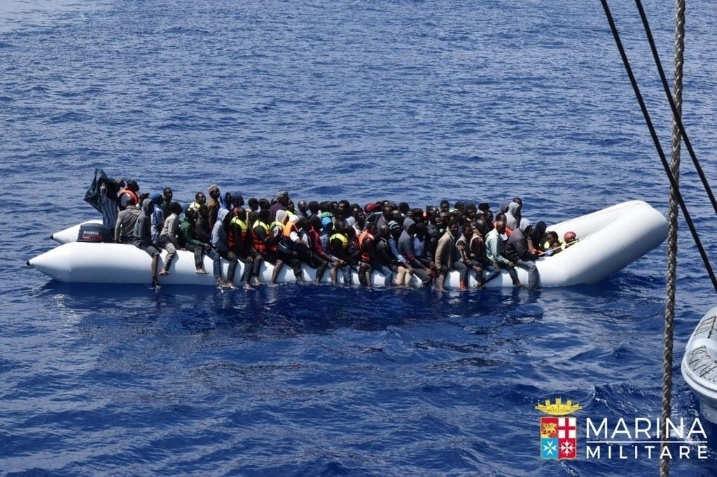 24.jun.2016 - Marinha italiana resgata cerca de 5.000 migrantes ao largo da costa da Líbia. A Guarda Costeira usou botes de borracha para o resgate. Segundo autoridades, os imigrantes pretendiam aproveitar o bom tempo para tentar atravessar para a Europa