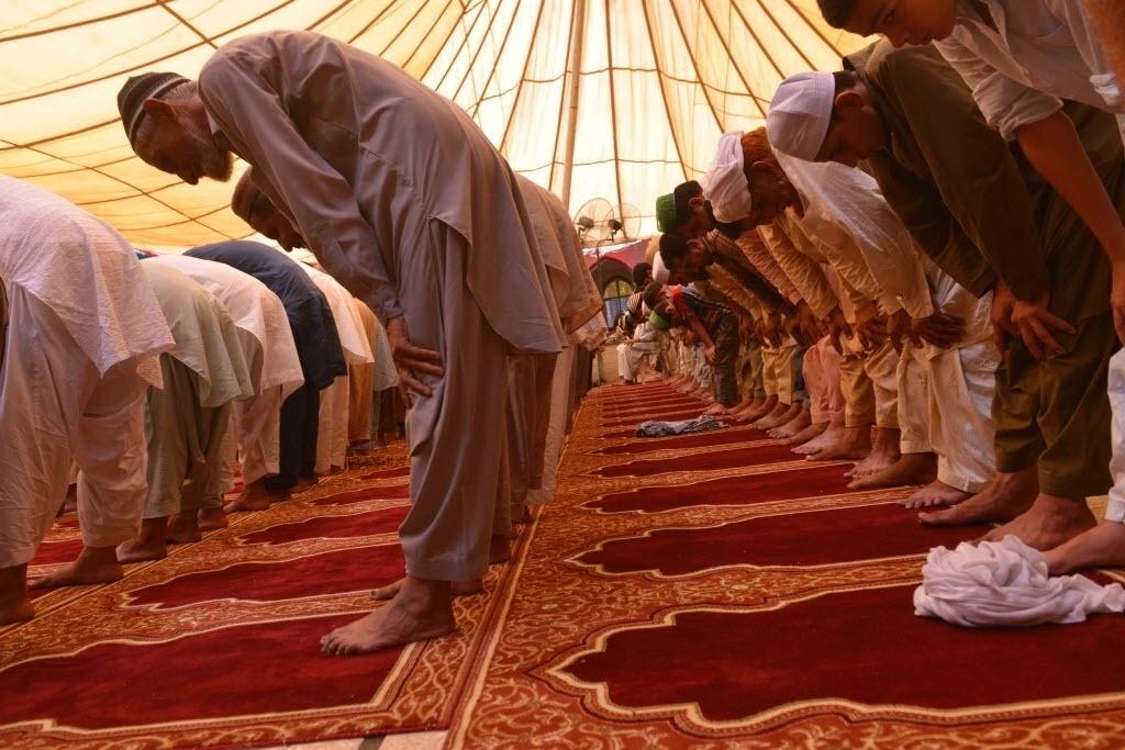 24.jun.2016 - Muçulmanos oram em uma mesquita de Lahore, no Paquistão, durante o mês de jejum sagrado do Ramadã