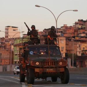 24.jul.2016 - Soldados patrulham área próxima ao complexo de favelas da Maré, na zona norte do Rio